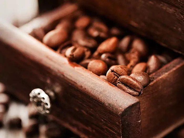 Кофе в зернах в деревянном ящике