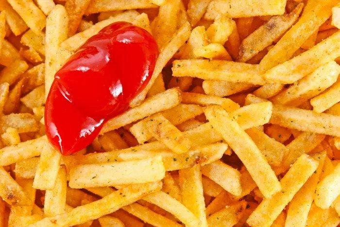 Чипсы и кетчуп