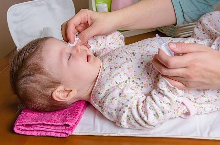 Обработка глаз ребенка