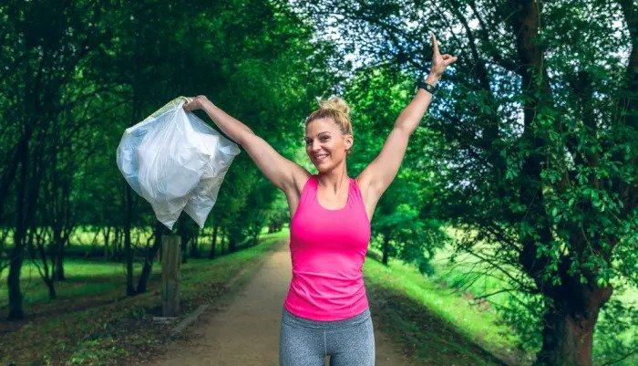 Тенденции - женщина собирает мусор во время пробега