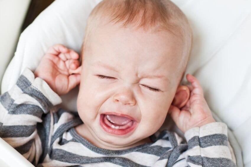высыпания и мокнущие участки могут появиться за ушком