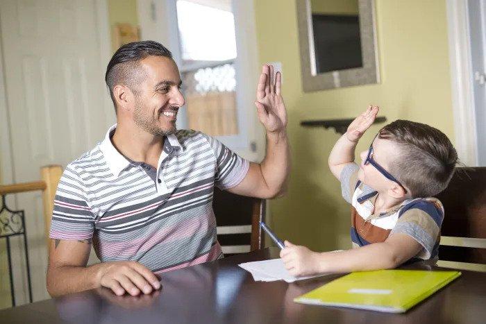 Папа помогает ребенку с домашним заданием