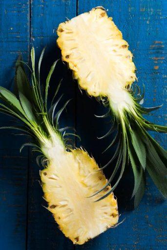 Разрежьте ядро ананаса и приготовьте «ароматизированную воду» для вас. Ананас