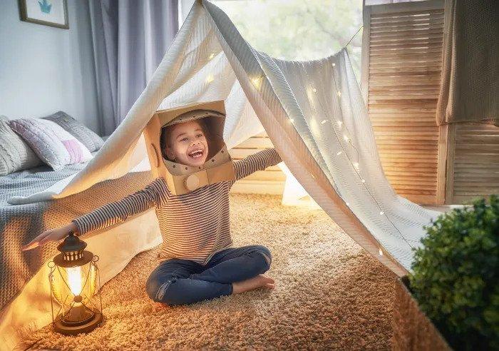 Ребенок играет в домашней палатке
