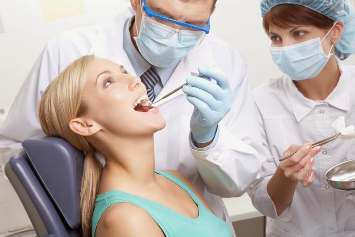 Обследование в стоматологическом кабинете перед снятием брекет-систем